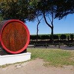 ワイナリーの名前を記した大きな樽