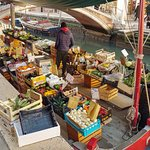 La barca que vende fruta y verdura