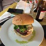 Hamburger di asinello con pancetta, taleggio, valeriana e crema di cipolle rosse