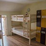 habitacion de 6 camas con baño compartido
