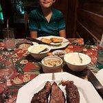 Picanha de cordeiro, salmão grelhado, purê de aipim, arroz, farofa e saladinha.