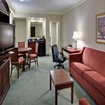 executive_suite_living_room_1000x667_1445525631661_enhanced_large.jpg