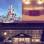 Photo du parc Disney, et de l'hôtel New Port Bay Club.