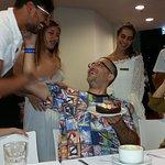 רגעים של אושר צוות שמפתיע עם עוגה . .