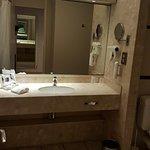 La salle de bains de la chambre 409