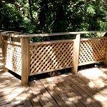 Esto lo encontré perfecto, pasarelas de madera que recorren los jardines.