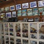 El lugar esta lleno de recuerdos y articulos de coleccion