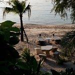 Hoteleigene Liegen am Strand.