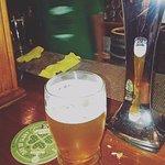 cerveza tirada en la barra del bar