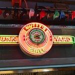 Foto de Nutty's Junkyard Grill