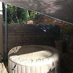 jacuzzi privatif sur la terrasse de la chambre