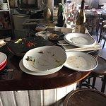 El caos de la barra donde iba dejando la camarera los platos de las mesas