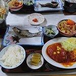 夕食。左上の鍋はオプションです