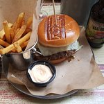 We can do it: Et styks Obama-burger med fritter og chilidip. Dertil en velsmagende Founders-IPA