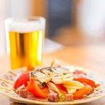 Tapa Llevant. Tomate, cebolla tierna, sardinas y dados de jabalí.