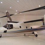 Piccolo aereo tecnologico con eliche verticali.