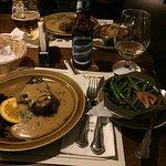 Steak und warme Bohnen mit Speck mit argentinischem Bier