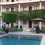 aqui se aprecia la piscina y los tres niveles del hotel