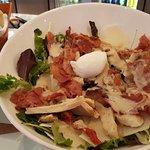 """Salade Caesar """"revisitée"""", et pain frais."""