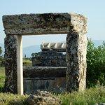 這個殘存的石門 說明這個墓室非常大 卻只剩下門而已