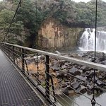滝の下流を渡る吊橋