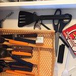 los no utensillos de cocina, ni cucharón, ni cuchara de madera ni nada parecido