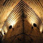 """Pasillos interiores cubiertos con bóveda de """"enajrje"""", por aproximación de hiladas de ladrillo."""
