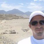 La magnífica ciudad de Caral.  Aquí, con la Pirámide Mayor a mis espaldas.