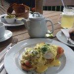 Riquisima once con huevos benedictinos, muffin,te, limonada y tostadas