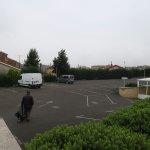 El aparcamiento es más grande de lo que se ve en la foto