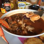 ¡El taco gobernador, con queso dorado en la tortilla, de 10! La sopa de mariscos abundante, spic