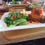 Atún con salsa mediterránea