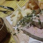 Tabla de quesos y foie con mermelada