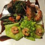Lamm mit Kräuterkruste, grüner Spargel, Garnele und hausgemachten Trüffelravioli