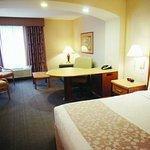 Photo of La Quinta Inn & Suites Islip MacArthur Airport