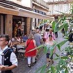 """Rue des Halles avec la terrasse du restaurant """"Le Breizh'iles"""