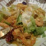 Entrée salade de crevettes sauce tiède au céleri et curry
