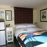 Lynx Cabin - cozy room with queen bed and kitchenette