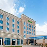 A covered entry welcomes you to our Holiday Inn in Maumee OH