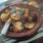 Pastilla au poule Tajine  agneau  légumes   Cornes de gazelles  au miel Salade à l'orange .