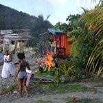 Poubelles brulées directement sur la plage a quelque metres du Restau !!