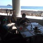 Desayunando con el mar a un lado.