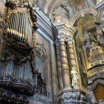Un buffet d'orgues et le baldaquin du maitre autel