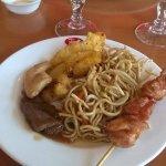 Brochette de poulet, un morceau de boeuf, un morceau de poulet, poisson frit et nouilles chinois
