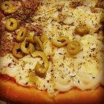 Pizza Media Atún Media Catupiry con Borde Relleno