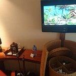 Mini bar, verres, bouilloire, café, thé, sucre, eau minérale de Tahiti, télévision