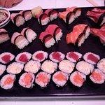 variedad de sushi y makis