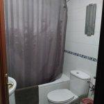 Viejo, poco mantenimiento, el techo muy muy sucio, el inodoro sucio, moho y oxidados. Mal olor
