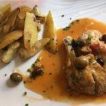 Suprême de pintade braisée aux olives, pommes de terre rôties