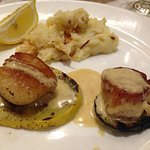 Split entree portion og Seared scallops, grilled squash with onion mashed potato, thyme cream sa